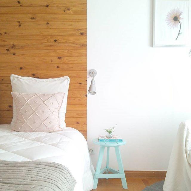 Às vezes vou ao quarto só para estar um bocadinho a sentir a tranquilidade que ele me transmite. Quando o orçamento permitir ter ali um cadeirão mais confortável, será de certeza o meu cantinho de leitura. #whitebedroom #quartobranco #decoracao #decor #nordic #nordicdecoration #nordicbedroom #scandinavian #whitedecor #woodwall #cabeceirademadeira #ikea #ikeaportugal #photosinbetween #myunicornlife #theeverygirl #peoplescreative #visualcrush #proptoit #bloggervibes #morningslikethese…