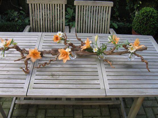 Takkendecoratie met snijbloemen in bolvaasjes - bolvaasje opvullen met bloemen voor takkendecoratie