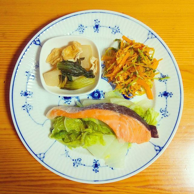 🍴鮭と蒸し野菜 🍴にんじんしりしり 🍴かぶの煮物 . 時々遠出して魚を買いにいきます。魚は蒸し料理にすると臭いがきつくないので楽ですね。鮭が甘いです。  かぶは皮に栄養があるとのことで、むかずにそのまま使っています。 . #魚#体をあたためる#健康#栄養#ランチ#朝ごはん#ヘルシー#野菜たっぷり#肉#おうちごはん#自炊#料理#デリスタグラマー#クッキングラム#ロイヤルコペンハーゲン#ロイコペ#テーブルコーディネート#おしゃれ#食器 #royalcopenhagen#japan #foodpics#cooking#table#tablecordinate #instafood#delicious#vegetables#healthyfood