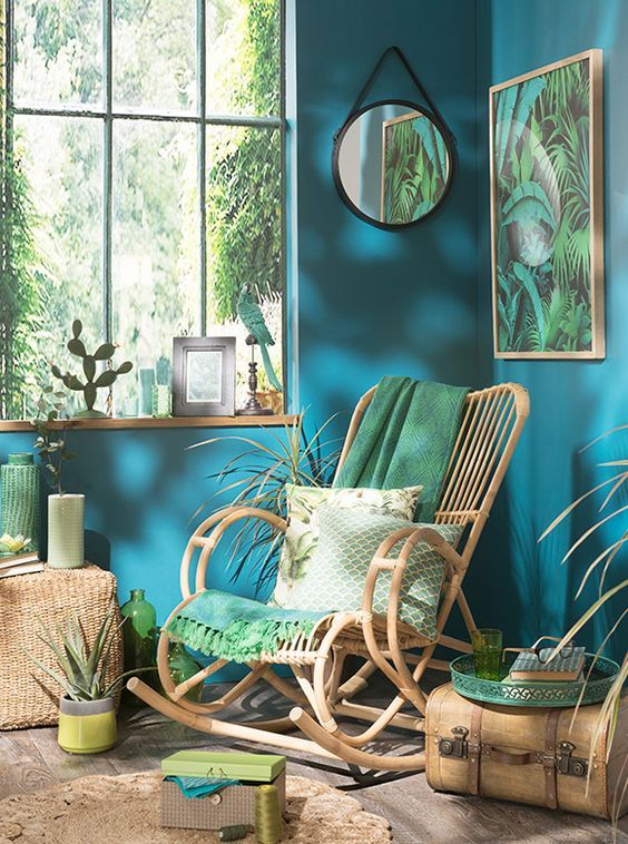 9 Dreamy spaces that will convince you to go green! - Daily Dream Decor The blue and the green create a very exotic vibe and make your home look like a tropical forest.