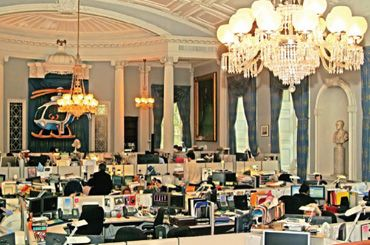 "buro landschaft: 'The ""bullpen,"" Mayor Bloomberg's openplan office on the second floor of New York's historic City Hall building. Bloomberg's desk, configured with multiple computer terminals, is reminiscent of Wall Street trading floors'"
