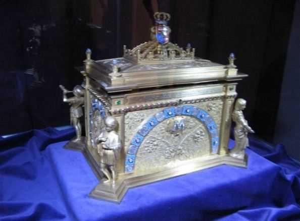 Caseta de argint in care a fost transportata inima Reginei Maria va fi expusa vineri, 11 septembrie, la bordul Fregatei Regina Maria, prin grija Muzeului National de Istorie al Romaniei, pastratorul acestui obiect de tezaur al Romaniei.