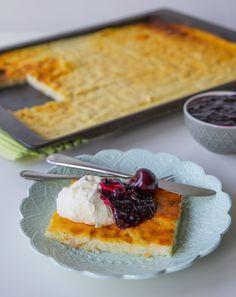 Ålandspannkaka är en annorlunda ugnspannkaka som kan göras med mannagrynsgröt eller risgrynsgröt. Fantastiskt god. Ålandspannaka serveras traditionellt med sviskonkräm och grädde men man kan ha på vilken syltsort som helst eller bär och frukt efter tycke. Pannkakan serveras som dessert, minskar man mängden socker blir det en gott mellanmål. Om du är som jag, älskar mannagrynsgröt, så kommer du älska denna. Ca 15 bitar 1,5 l mjölk (3% fetthalt) 2 dl mannagryn 25 g smör 3 st ägg 2 tsk stötta…