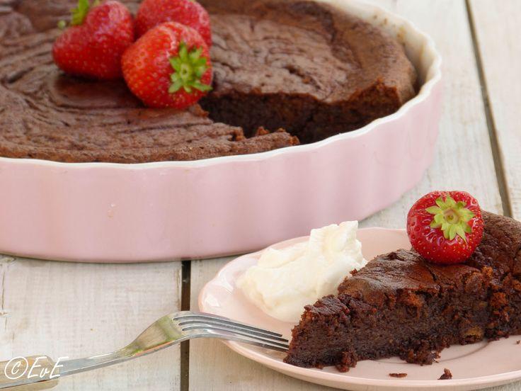 Dit is mijn nieuwe favoriete chocoladetaart! Heerlijk smeuïg, licht en toch een diepe chocoladesmaak. En ook nog eens glutenvrij, lactosevrij én suikervrij! Maar als je dat niet weet, zul je het ec...