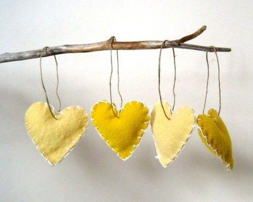 very easy to make themselve! Heel makkelijk zelf te maken!  Gewoon wat vilt knippen op een kartonnen hartpatroontje. met woldraad aan elkaar naaien en net voor het sluiten vullen met katoenwatten, sluiten en.... je hebt een mooi eigengemaakt decoratief hartje. leuk voor de kerstdagen, valentijn, verjaardag,...