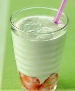 Batido de menta es una receta para 2 personas, del tipo , de dificultad Fácil y lista en 10 minutos. Fíjate cómo cocinar la receta.     ingredientes  - 1 vaso jarabe de menta  - 2 vasos de leche  - 50 g azúcar  - 1 vaso hielo picado  - hojas de menta