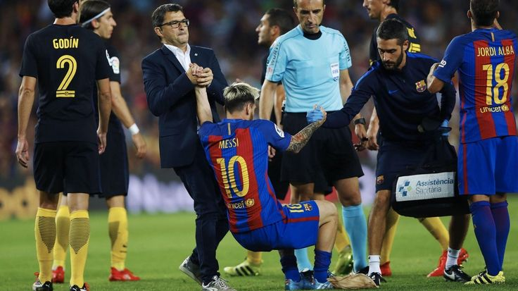 MESSI LESIONADO. El delantero argentino del F. C. Barcelona, Leo Messi ©, es…