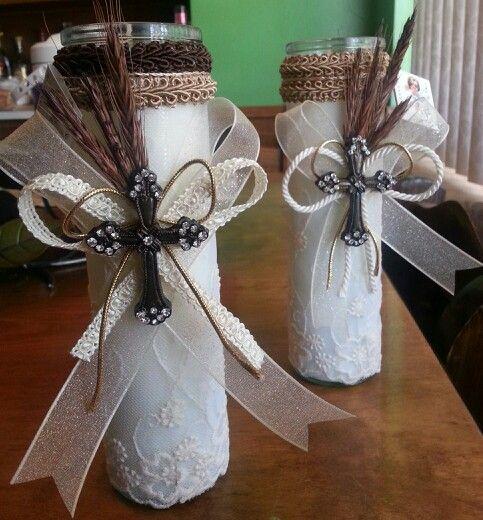 Veladoras decoradas para centro de mesa de primera comunión.