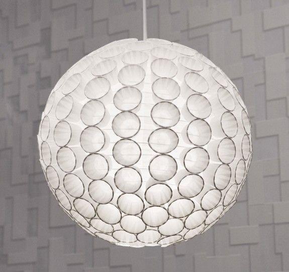 Wir basteln uns unsere selbst designte Pappbecher-Lampe, die schön leuchtet und zum Hingucker im Raum wird. Dazu brauchen wir: Lampenschirm, Heißklebepistole und Pappbecher oder Törtchenformen aus Papier.