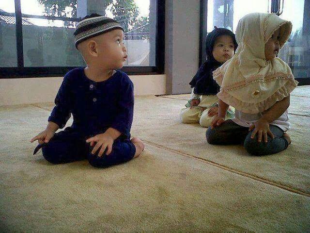 Muslim kids praying