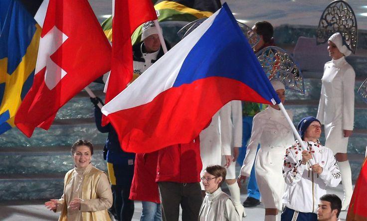 HRY SKONČILY. Momentka ze slavnostního zakončení zimních olympijských her v Soči, na snímku nese českou vlajku biatlonista Ondřej Moravec.