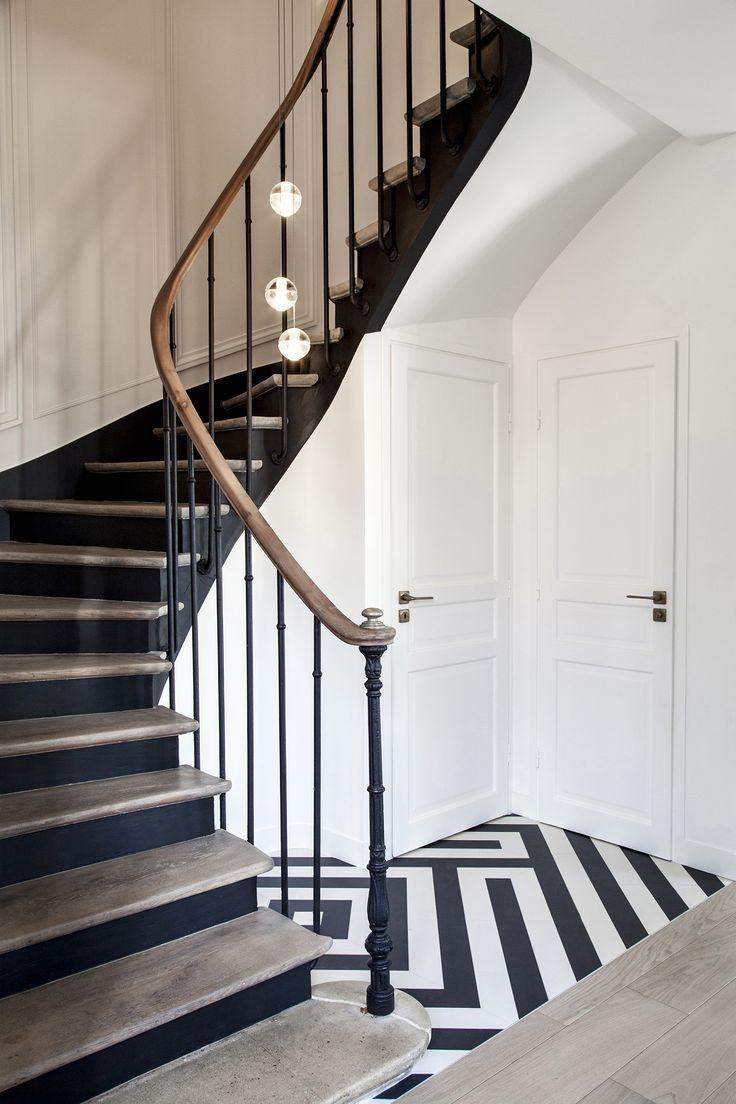 Escalier sol graphique supension luminaire bois ch ne noir blanc gr s c rame carrelage - Luminaire escalier maison ...