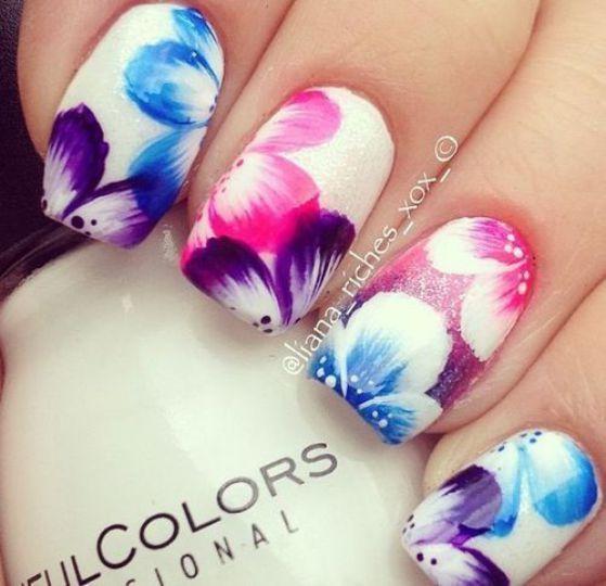 rosas de colores en uñas