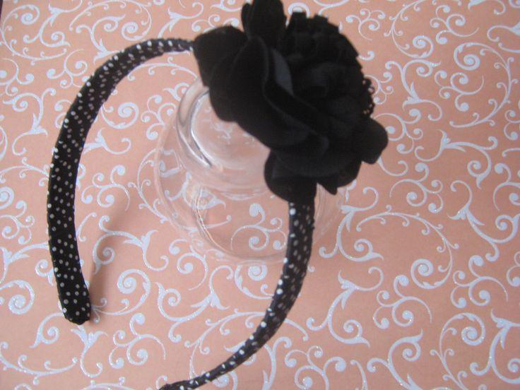 This is very elegant. It's good for any age. This hair headband is wrapped with grossgrain ribbon - dots.  Esta es muy elegante. Sirve para toda edad. La balaca esta forrada con cinta de falla de puntos.