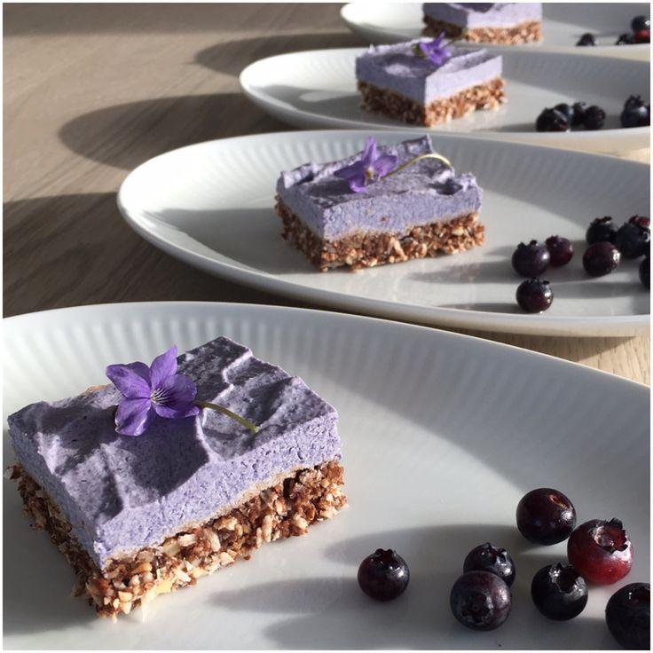 Forleden lavede jeg denne lækre raw cake med blåbærcreme som ovenikøbet også er glutenfri og vegansk. Den smager skønt og dækker fint den søde trang jeg har, specielt om aftenen. Jeg synes at det er sjovt at kunne lave søde sager uden brug af rafineret sukker, men sødet med med sager som ikke gør mit …