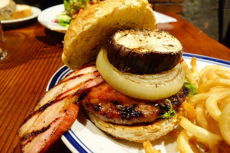 グリルベーコンハンバーガーローストしたナスとグリルドオニオンスモーキーな厚切りベーコンがトッピングされたバーガーパティは肉感もありトマトベースのソースもいい感じに味をまとめてるがバンズのホールド感が弱く食べ進むにつれ完全に崩壊バーガー袋もないので食べづらさこの上なし #food #foodporn #meallog #burger #burger_jp #ハンバーガー # #tw