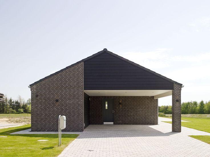 Stilrent længehus med integreret carport og isoleret redskabsrum.