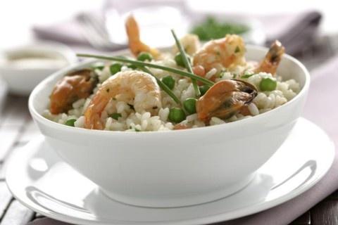 Receta de Ensalada de arroz con Langostinos y Mejillones.      Ingredientes:     - 300 gr. de arroz, 1 kg. de mejillones un chorrito de vino blanco, 8 langostinos, 500 gr. de guisantes, 300 gr. de gambas, 2 tomates, un ramito de perejil  - Para el caldo corto: 2 l. de agua, 1 zanahoria, 1 cebolla, 1 ramillete de hierbas aromáticas, sal gorda y pimienta en grano  - Para la salsa vinagreta: 1 cucharadita de mostaza, 2 cucharadas de vinagre, 6 cucharadas de aceite de oliva, sal y pimienta.