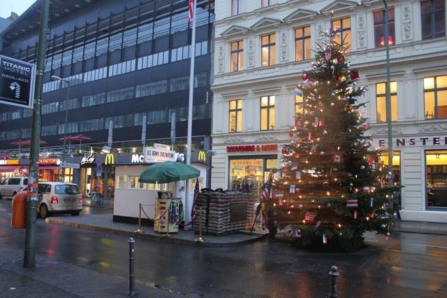 X-MAS - Zelfs Checkpoint Charlie is ondergedompeld in de kerstsfeer.
