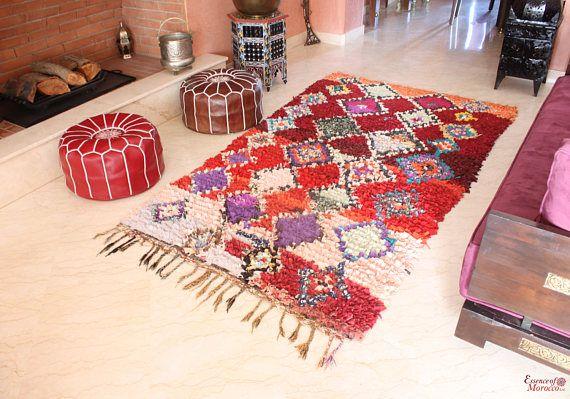 Vintage Boucherouite tapijt, Marokkaanse zeldzame tapijt in prachtige Marokkaanse kleuren. -Handgemaakt in Marokko met behulp van gerecyclede kleding en stof die zijn geweest vakkundig hand geknoopt. -Ook ideaal als wandversiering. -Aangezien dit is een uniek zeldzaam stuk slechts 1 beschikbaar. -Afmetingen: ongeveer: 226 cm x 134 cm / 7.4 ft. x 4.4 ft.