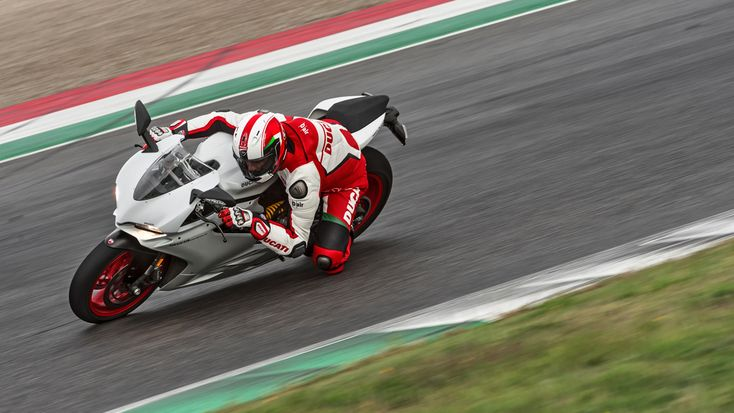 A new more powerful engine, ready to unbridle a racing attitude. Built on an improved chassis integrating a monocoque frame. The ideal adrenaline-booster in the form of a Ducati superbike