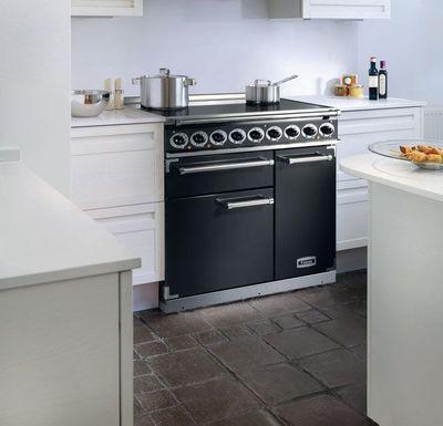 """Piano de cuisson en 90 cm de longueur à 3 fours et, ici, une plaque de cuisson à induction de 5 foyers. """"Deluxe 900"""", 5 000 euros, Falcon."""