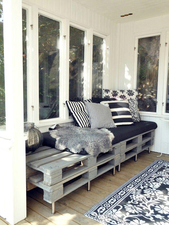 In grijstint geverfde pallets. Leuk in een serre en voordeel van pallets is dat ze weer makkelijk te verplaatsen zijn (interieur)