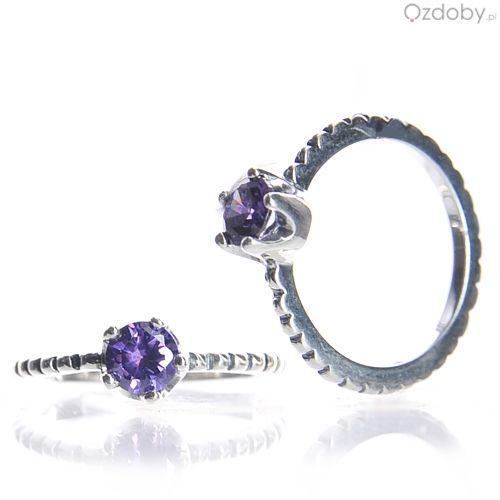 Śliczny, srebrny pierścionek z fioletowym oczkiem