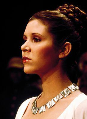 Kaulakoru Planetaariset laaksot prinsessa Leian kaulassa elokuvassa Tähtien sota IV: Uusi toivo (1977). Hopea, 1969. Kuva: Lucasfilm Ltd