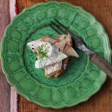 Varmrökt fisk, som sik eller makrill, är smidigt att ta till för att skapa en snabb och god rätt. Bjud den varmrökta siken eller makrillen med en krämig gurksallad kryddad med sichuanpeppar för pirrigt sting. Superenkelt, men väldigt gott!