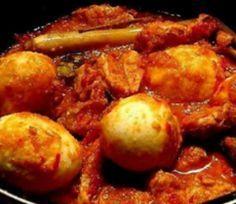 Telor Belado Indonesisch eigerecht van eieren in een hete saus van rode lomboks en kruiden