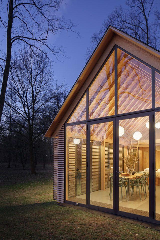 Konstrukci chaty tvoří podélný systém s dřevěnými panely na plné stěně a čtyřmi sloupky na protilehlé prosklené stěně.