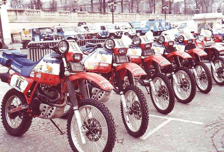 Il Team Honda alla partenza della Dakar 1983: #96 Vassard (rit) #95 Neveu (10°) #94 Drobecq (2°) #93 Desheulles (rit) #92 Rigoni (rit). Paris-Dakar.