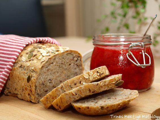 I forbindelse med Prosjekt Grovt brød har flere av dere sendt meg spennende oppskrifter. Tusen takk! Denne oppskriften kommer fra Sissel, som i tillegg til å bake dette brødet til familien sin, også baker og serverer det til gjester på Renndølsetra i Innerdalen. Et nydelig brød, som anbefales!