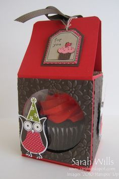 FREE cupcake box tutorial made from one sheet of cardstock! / Anleitung für eine Cupcake-Schachtel