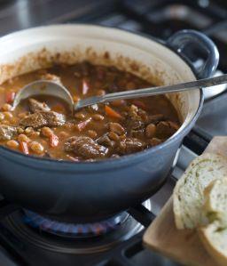 Chili con carne wordt meestal gemaakt met rundergehakt. Maar de 'echte' chili is afkomstig uit Texas. Oorspronkelijk maakten de cowboys dit stoofgerecht tijdens hun trektochten in een 'dutch oven',…