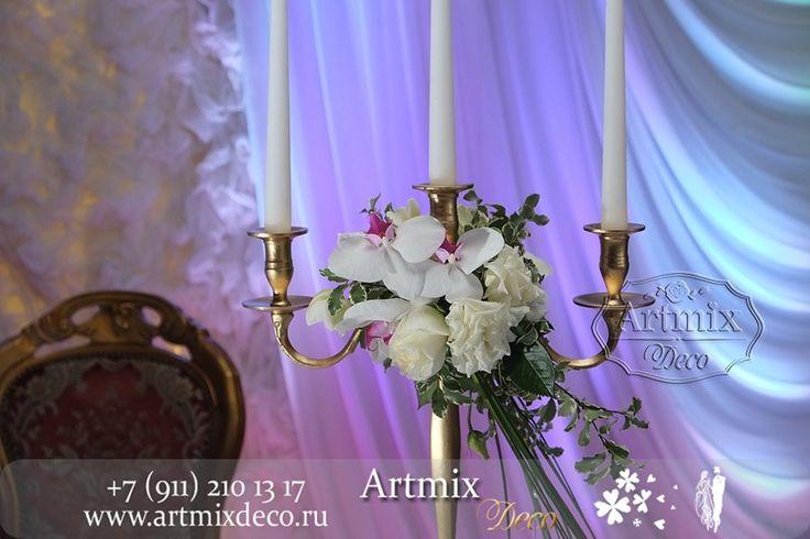Оформление канделябры живыми цветами, придает романтику на свадебном торжестве.