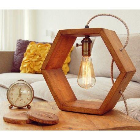 Één van de toppers in de Vintshop collectie; de hexagon lamp is gemaakt van eiken in een mooie noten kleur, dit is een ware blikvanger op je dressoir of bijzettafel.   De lamp is afgewerkt met een zware bronskleurige of zwarte fitting met ingebouwde draaischakelaar, het zelf te selecteren snoer is van hoogwaardige kwaliteit en verwerkt in de lamp.  Optie: selecteer een snoer dimmer, zo kun je de Edison lamp een nog zachtere en mooiere warmtint geven.