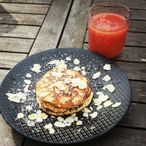 Pancakes allégés amandes effilées et miel et jus de goyave