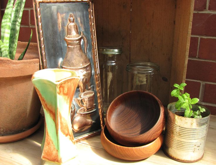Lovely autumnal vintage wares display and styling....found at:  https://www.facebook.com/744861835533003/photos/pcb.751332721552581/751323698220150/?type=1&theater