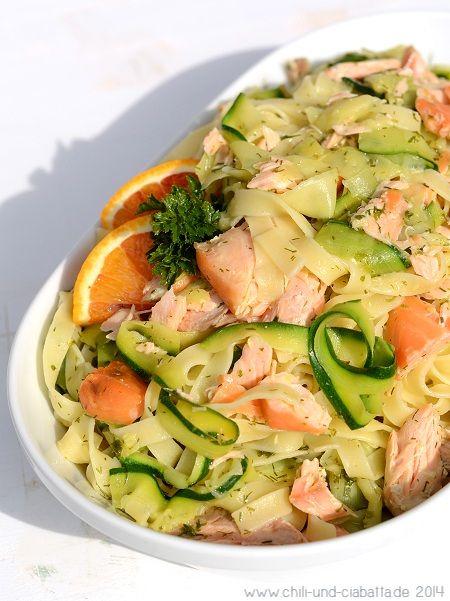 Zucchini-Bandnudeln mit Stremellachs und Orangen-Dill-Soße (Chili und Ciabatta)