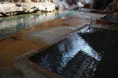 栃木県那須塩原市の旅館明賀屋本館の露天風呂は日帰り入浴がおすすめです 約300年前から湧き続けるお湯は乳白色と黒湯の種類の泉質の温泉が楽しめますよ 14時頃になると日が差し込み始めるのでその時間がベストタイム 川沿いにあってとても気持ち良い温泉です 大人2200円で楽しめるのでぜひ利用してみてください  #神奈川 #塩原温泉 #温泉 #露天風呂 #旅館 #日帰り温泉 tags[神奈川県]