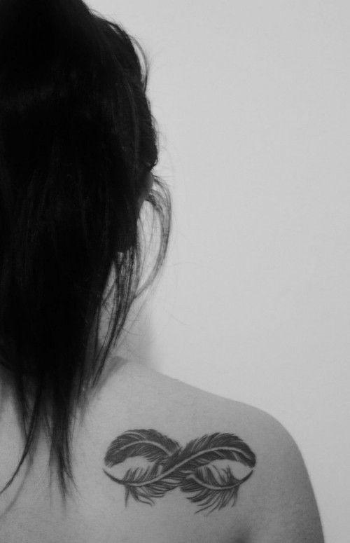 Deux plumes, un symbole d'infini en tatouage dans Tatouage d'infini et plume : 12 idées pour un motif croisé