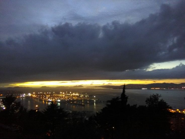 Enamorados de las puestas de sol en #Vigo pese a la lluvia 😊 Foto de @puestasdevigo l (Twitter)