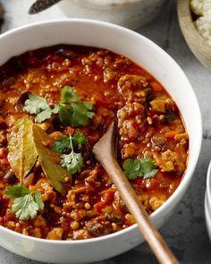 Een heerlijk creatief gerechtje, geïnspireerd op de Mexicaanse keuken: chili met kalkoengehakt met daarbij een originele couscous van bloemkool. Licht & lekker!