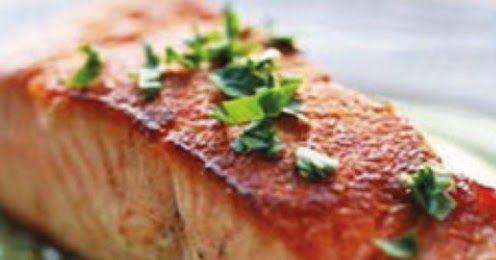 Ingredientes: 2 lombos de salmão fresco 1 curgete media 2 alho francês Sumo de 1 limão 10 azeitonas roxas 1 colher de sopa de a...