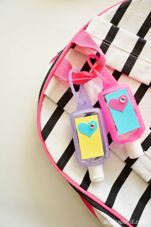 Fend off cold and flu season with these fantastic crafted clip-on hand sanitizers, perfect for attaching to lunch boxes and backpacks. Click in to learn more from DIY Inspired.