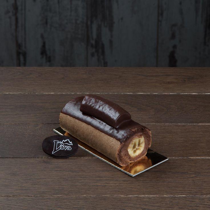 Siyah Muzlu Adet pasta. Özel pandispanya ve pürüzsüz kremanın uyumuna, çikolata kaplı muzu da eklediğimizde ortaya çıkan lezzet, başınızı döndürecek.