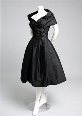 of course this is the tea length dress of all dresses! very audrey hepburn! What are they wearing now: Vintage 50s Christian Dior couture on auction. One for the wish list.