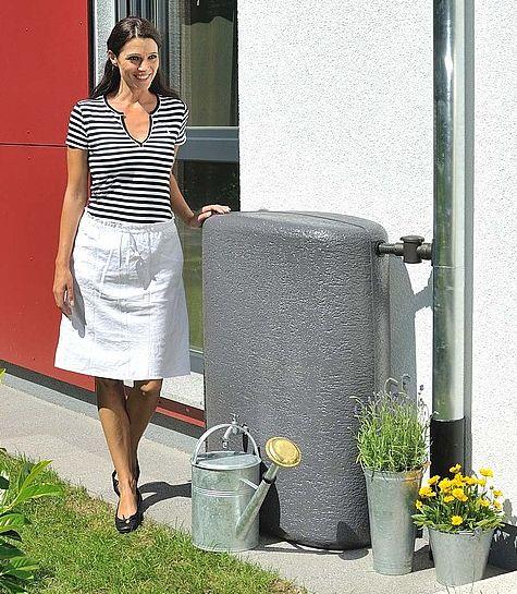 Mooie waterzuil van het merk Garantia. De stijlvolle regenton heeft een inhoud van maar liefst 275 liter.